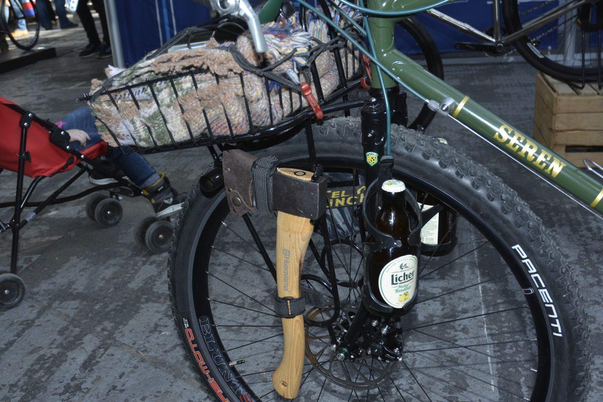 Outdoor Bike mit Axt für Radtouren geeignet